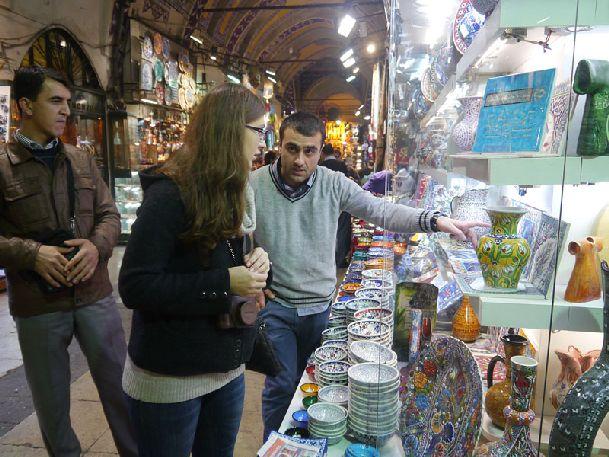 На стамбульских базарах Вы сможете купить новогодние подарки как для своих близких, так и для себя!