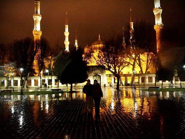 А для любителей вечерних прогулок в Стамбуле сделана красивая подсветка главных улиц и мечетей