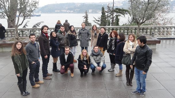 Примерно вот так одеваются в декабре в Стамбуле.. Непременно возьмите с собой теплые и желательно непромокаемые вещи!