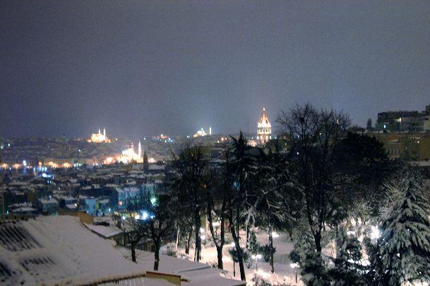 Иногда в декабре Стамбул покрывается белоснежным покровом, что очень красиво