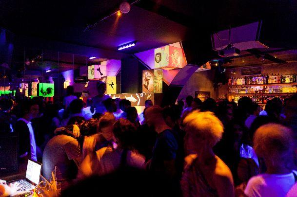 В ноябре в Стамбуле, когда на улице прилично холодает, сходить в один из ночных клубов и хорошенько подвигаться!