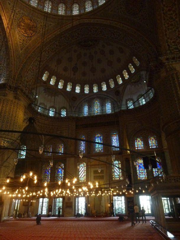 В Стамбуле огромное множество музеев и исторических достопримечательностей.. Чтобы не толкаться с другими туристами в очереди отправляйтесь на экскурсию, например, в Голубую Мечеть с самого утра
