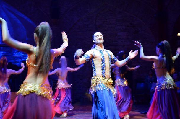 Обязательно посетите одно из вечерних шоу, например, в театре Hodjapasha Dance